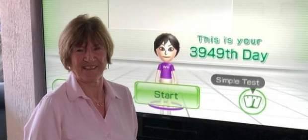 Una abuela jugando a Wii Fit