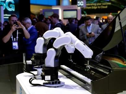 Dos brazos robóticos pianistas de la compañía ZTE este martes en el Mobile.