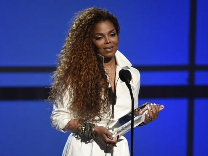 Janet Jackson recibiendo un premio por su carrera