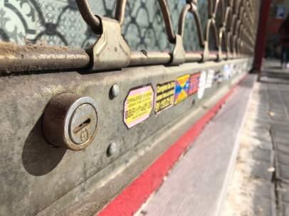 Pegatinas de cerrajeros en las puertas de los comercios