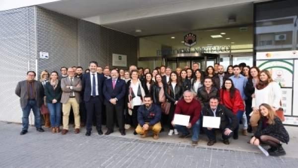 Autoridades y participantes en el programa de becas de la Fundación Cajasur