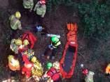 La unidad de rescate de los Bombers de la Generalitat atendiendo a un ciclista herido.