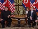 Kim Jong-un (i) y Donald Trump