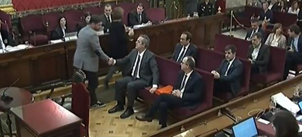 Rufián saluda a los acusados en el juicio del procés