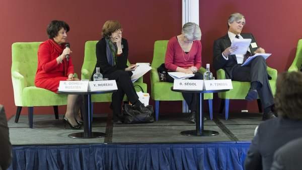 Mujeres ponentes en debates y conferencias