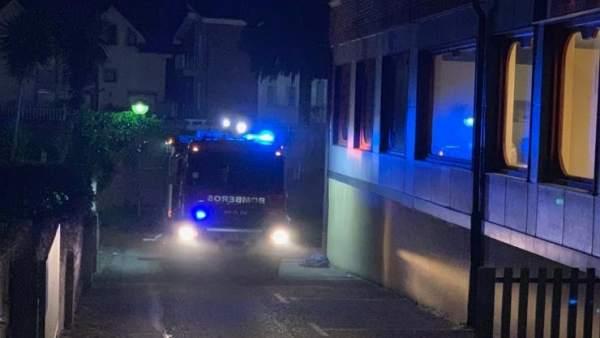 Cinco intoxicados en el incendio de un vehículo en un garaje de Noja