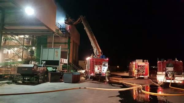 Bomberos de la DPZ trabajan en la extinción de un incendio en una fábrica de bio
