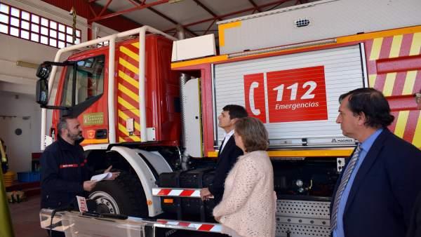 Entrega de un vehículo de bomberos en Guadix
