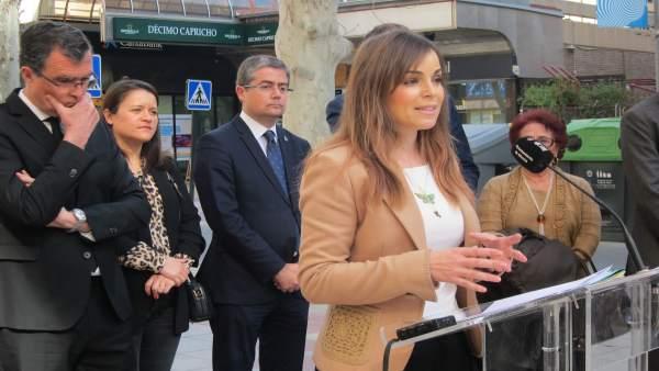 La portavoz del Gobierno, Rebeca Pérez, junto al resto de concejales y el alcald