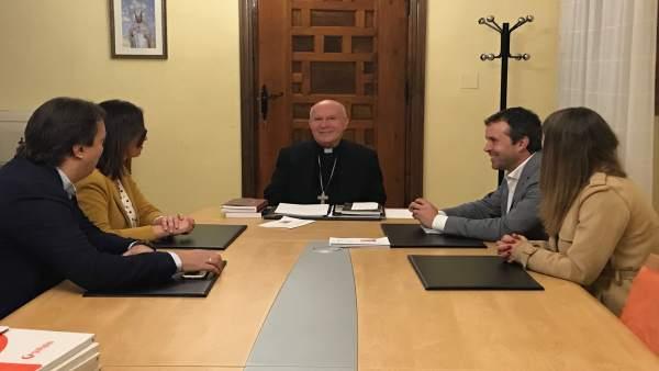 Reunión de miembros del PSOE de Jaén con el obispo, Amadeo Rodríguez.