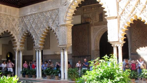 Turistas En Los Reales Alcázares De Sevilla