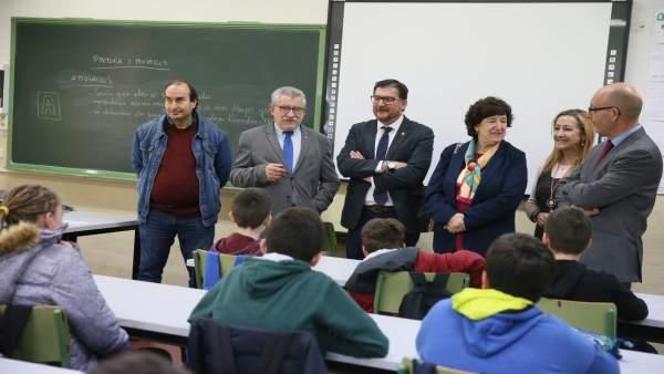El consejero de Educación, Ángel Felpeto, visita el IES 'Azarquiel' en Toledo