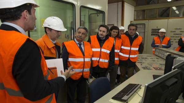 Repsol traslada a Revilla su compromiso con Cantabria, donde abrirá en junio sus