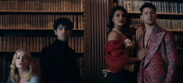 Los Jonas Brothers junto a sus parejas