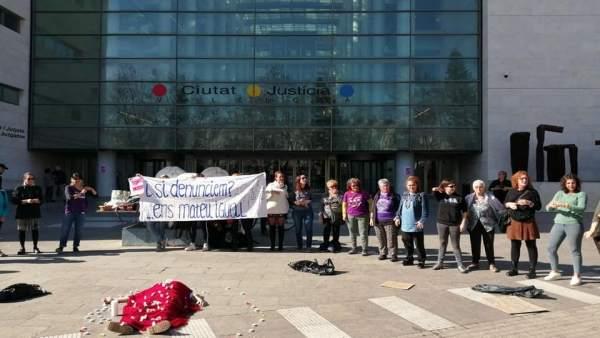 Una 'performance' contra justícia patriarcal arranca els '8 Dies de Revolta Feminista' i aposta per enfocament de gènere