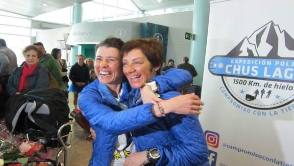 Chus Lago y Verónica Romero tras su llegada al aeropuerto de Vigo