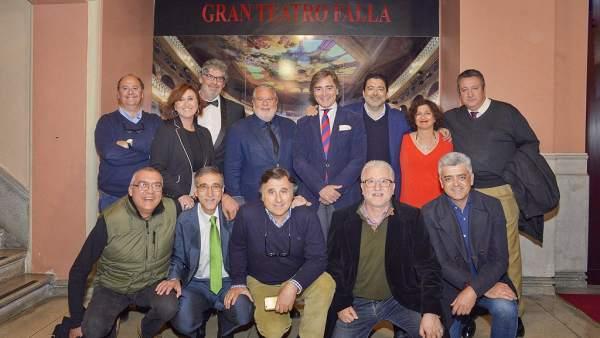 Joaquín Durán, junto a los profesionales de Canal Sur que cubren el Carnaval