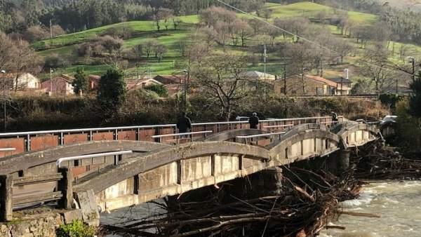 Daños de las inundaciones en un puente en Los Corrales