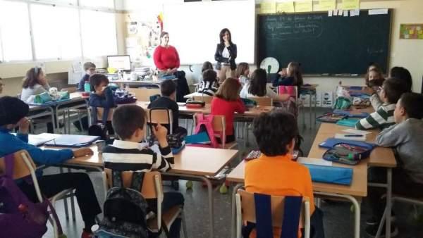 Esther Gutiérrez visita en un centro educativo de Oliva de la Frontera