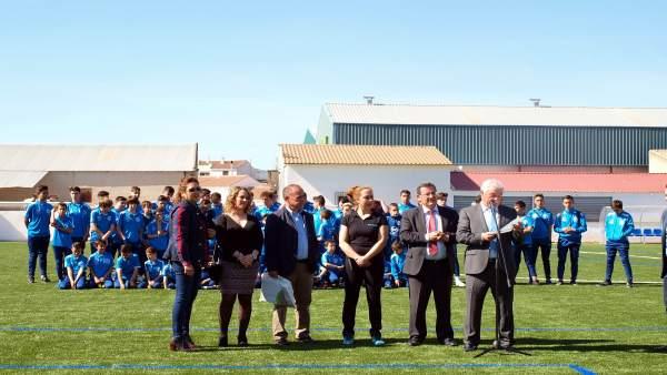 El presidente de la Diputación inaugura el nuevo campo de fútbol de césped artif