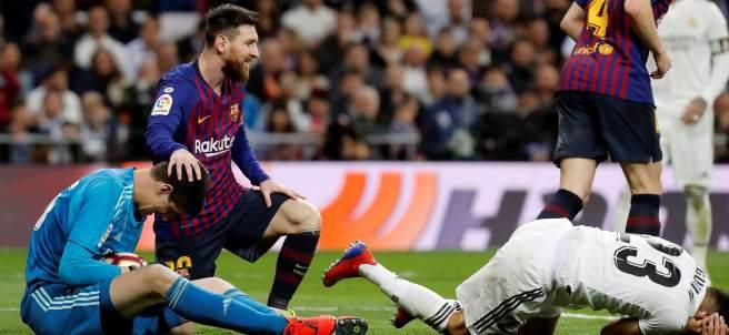 Messi consuela a Courtois con Reguilón en el suelo