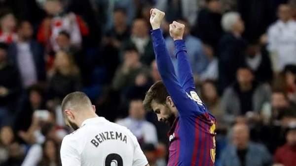Gerad Piqué celebra ante Karim Benzema.