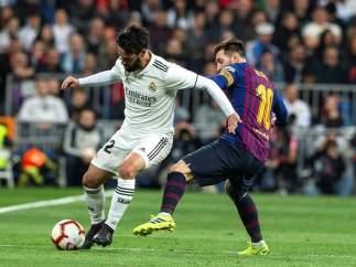 Isco Alarcón pugna por un balón con Leo Messi.