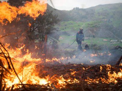El monte se quema en Cantabria