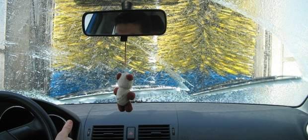 Túnel de lavado o a mano: ¿cómo es mejor limpiar el coche?