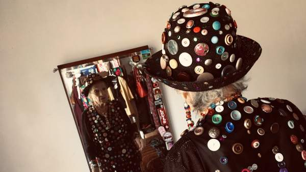 Una abuela de 87 años se confecciona su propio traje lleno de botones para  ir a fc73ad6f8fe