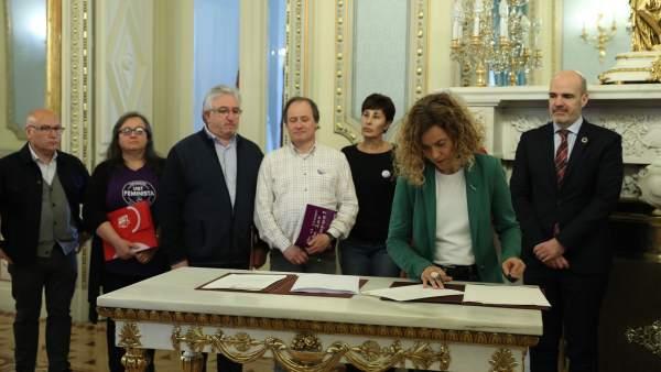 La ministra de Política Territorial, Meritxell Batet, firma con los representantes sindicales, en la sede del Ministerio,