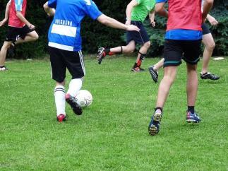 Jóvenes jugando al fútbol