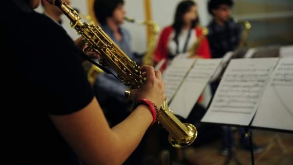 Clase de música, ensayos, instrumentos, partitura
