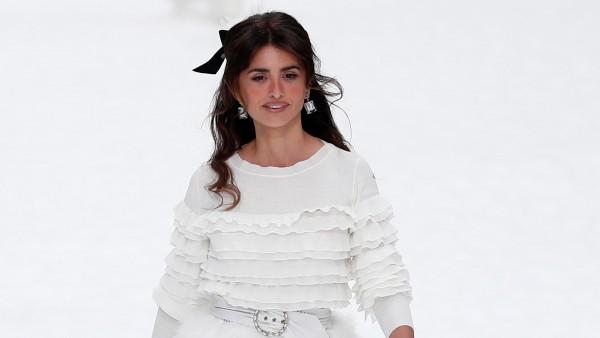 3c5532412 Penélope Cruz debuta sobre una pasarela con la última colección que Karl  Lagerfeld diseñó para Chanel