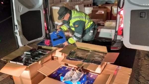 La Guardia Civil decomisa un furgón en A-52, en Riós (Ourense), con prendas fals