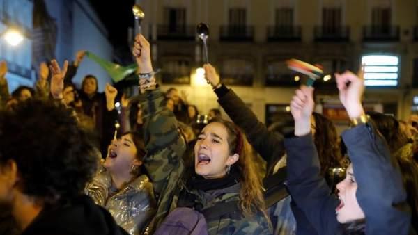 Cacerolada en la huelga feminista