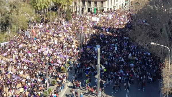 Imagen de la concentración de estudiantes en la plaza Universidad de Barcelona con motivo del 8-M.