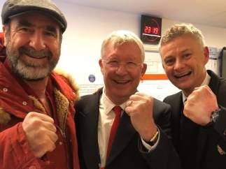 Eric Cantona, junto a Sir Alex Ferguson y Ole Gunnar Solskjaer