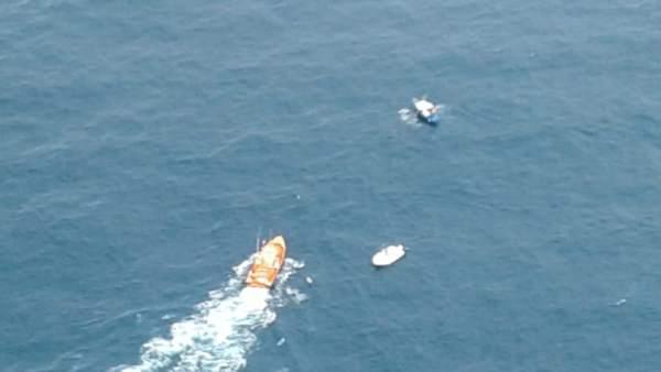 Rescatados los tres tripulantes de una embarcación a la deriva en San Vicente de