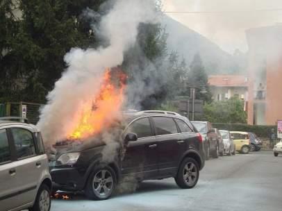 El coche del delantero del Foggia, en llamas