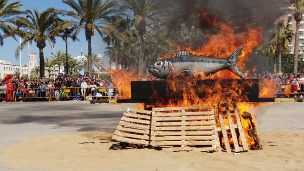 Almería.- El carnaval concluye con el tradicional entierro de la sardina