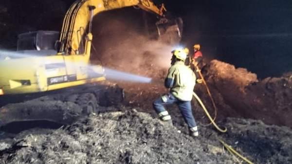 Alicante.- Sucesos.- Bomberos extinguen un incendio en una planta de compostaje