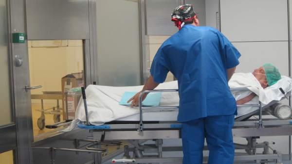 Paciente que sale de quirófano y es trasladado en el Hospital Val