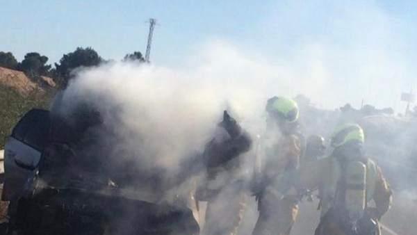Alicante.- Sucesos.- Un vehículo se incendia mientras circulaba por la AP-7 en O