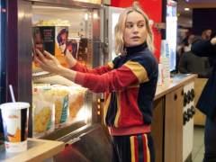 Brie Larson sirve palomitas como Capitana Marvel