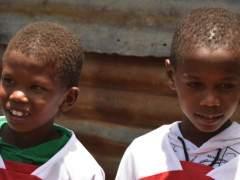 Lawrence Masira, el niño keniata que idolatara a Mesut Özil.