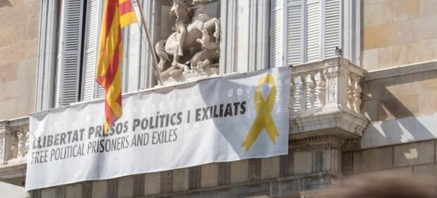 Lazos amarillos en edificios de la Generalitat
