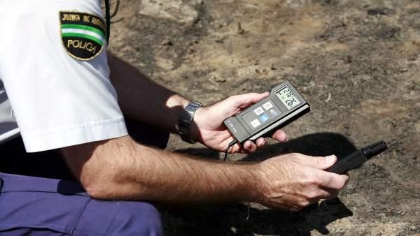 Un agente de la Policía Autonómica de Andalucía Nacional medicion medio ambiente