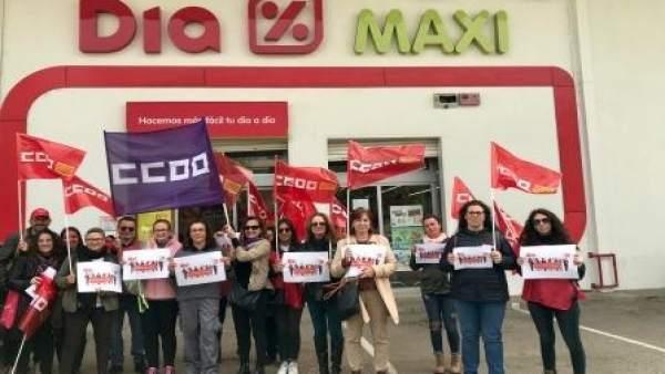 Los trabajadores de Dia se concentran en el supermercado de Inca para exigir la