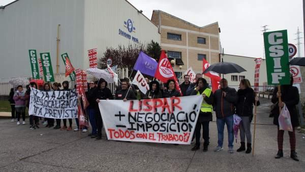 Los trabajadores de Talleres Lispar protestan contra los recortes y despidos pro